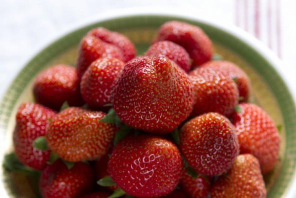 Früchte der Saison hübsch verpackt - Erdbeer-Rhabarber-Empanadas